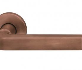 Bronce, un material noble de tendencia para los herrajes de puerta